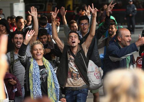 Nước Đức hò reo chào đón hàng nghìn người tị nạn Syria-8