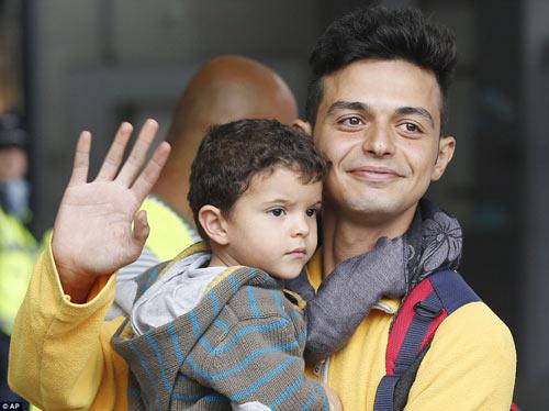 Nước Đức hò reo chào đón hàng nghìn người tị nạn Syria-9