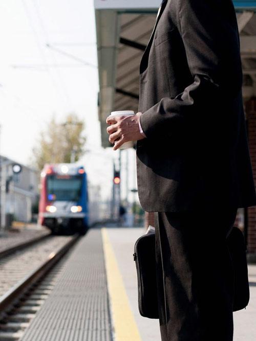 Truy tìm doanh nhân chiếm ghế của mẹ bầu trên tàu điện-2