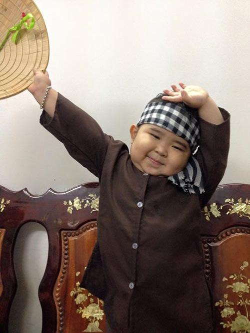 """gap """"be map"""" 4 tuoi bat ngo dong fan khong kem sao v-biz - 6"""