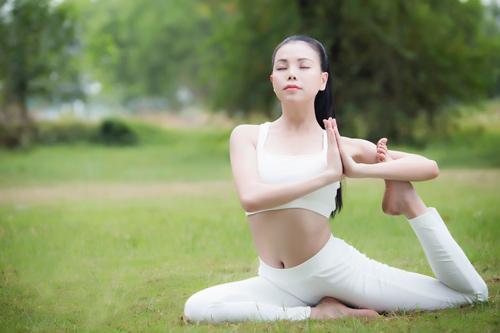 """4 my nhan vbiz gay chu y voi dong tac yoga """"trong cay chuoi"""" - 7"""