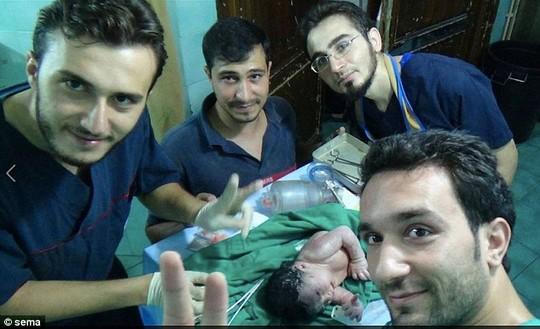 Syria: Bé gái chào đời với mảnh bom cắm vào đầu-1