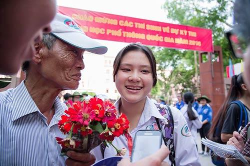 ong ngoai 73 tuoi cam hoa truoc cong truong thi tang cho chau gai - 3