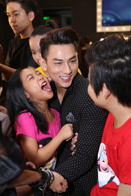 "isaac - chang my nam ""van con nit me"" cua vietnam idol kids - 6"