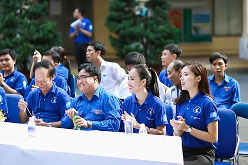 HH Kỳ Duyên giản dị vẫn đẹp rạng rỡ trong màu áo xanh tình nguyện-5