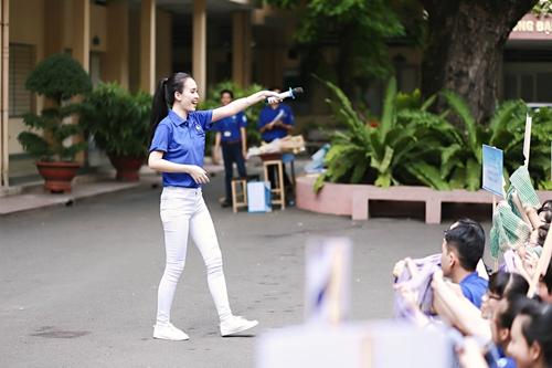 HH Kỳ Duyên giản dị vẫn đẹp rạng rỡ trong màu áo xanh tình nguyện-7