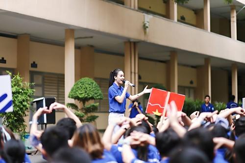 HH Kỳ Duyên giản dị vẫn đẹp rạng rỡ trong màu áo xanh tình nguyện-8