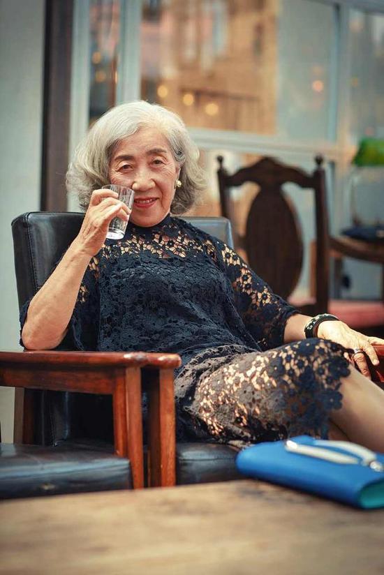 Cụ bà 80 tuổi này sẽ khiến không ít chị em tự xấu hổ về mình-5