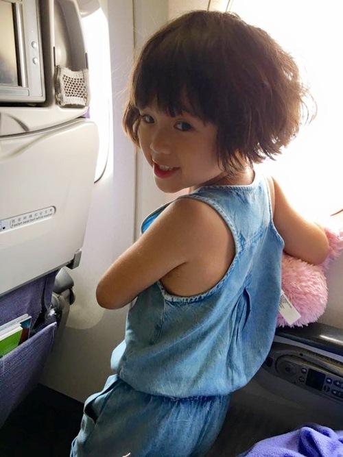Con gái Thúy Nga nghịch ngợm khi cùng mẹ trở về Việt Nam-1