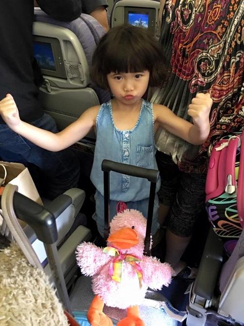 Con gái Thúy Nga nghịch ngợm khi cùng mẹ trở về Việt Nam-2