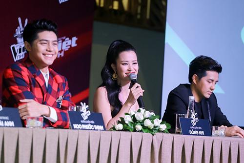 "hlv the voice kids ""dua nhau"" xin loi vi di hop bao tre - 10"