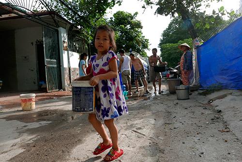hn: xep hang cho lay nuoc sinh hoat nhu thoi bao cap - 7