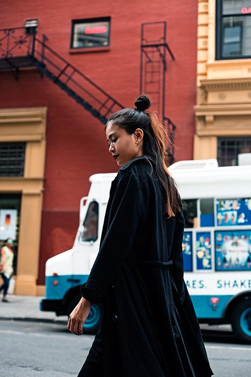 street style cuon hut cua mau thuy tren duong pho new york - 9
