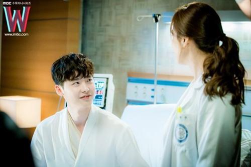 """het tat, han hyo joo lai nhao toi hon lee jong suk trong """"hai the gioi"""" - 2"""