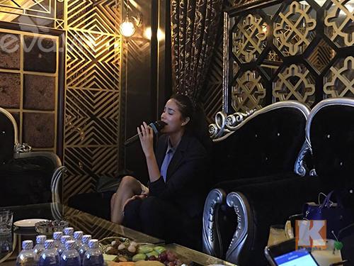"""pham huong vui ve di cafe, hat karaoke giua """"tam bao"""" the face - 11"""