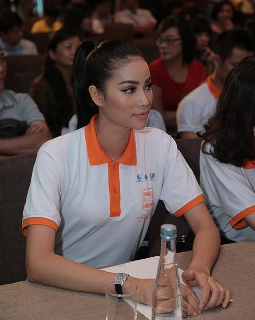 """pham huong lan dau xuat hien cung hoc tro sau """"bao"""" the face - 4"""