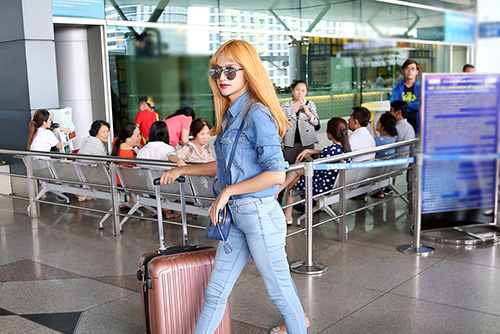 "huong giang idol toc vang ""noi ban bat"" o san bay - 5"