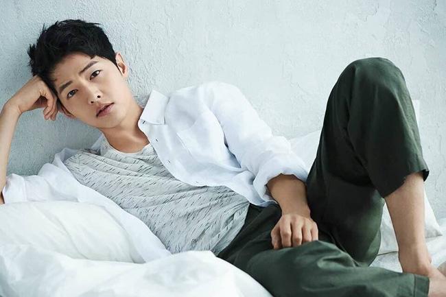 "ngoi sao 24/7: song joong ki ""danh bai"" kim soo hyun la sao hot nhat xu dai - 1"