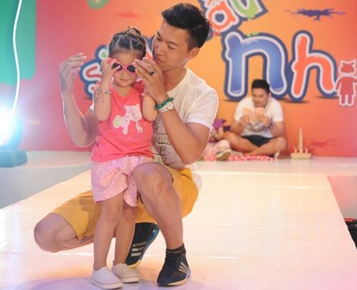 con trai thu thuy lan dau lo dien truoc cong chung - 9