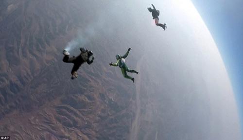 choang vang voi ky luc the gioi nhay khong mang du tu do cao 7.600 m - 3