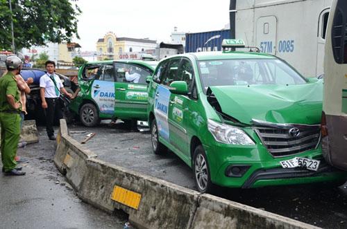 hai hung: container lao vao dong xe dang cho den do - 1