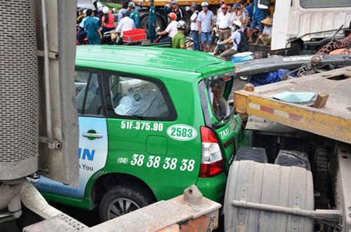hai hung: container lao vao dong xe dang cho den do - 3