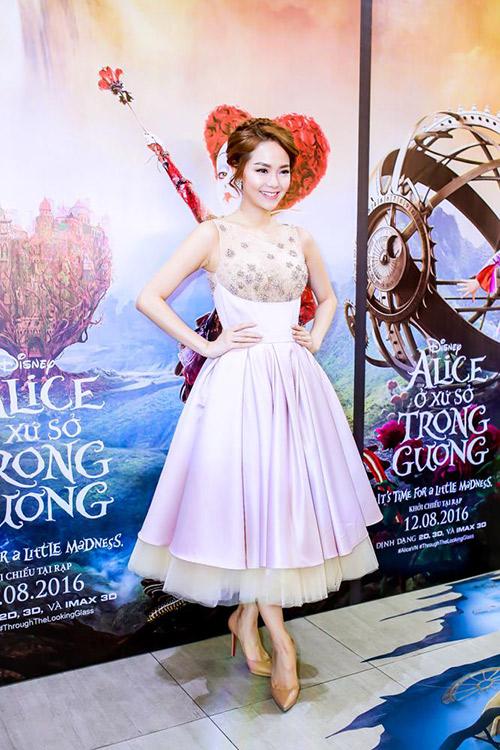 minh hang xinh nhu cong chua, di xem phim cung dan nghe si tre - 1