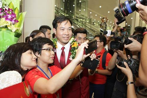 han hoan don 'nguoi hung' olympic hoang xuan vinh ve nuoc - 1