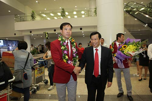 han hoan don 'nguoi hung' olympic hoang xuan vinh ve nuoc - 5
