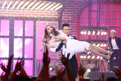 "tv show tuan qua: huong - khue ""that the"" duoi tay ha ho, vietnam idol gap su co - 12"