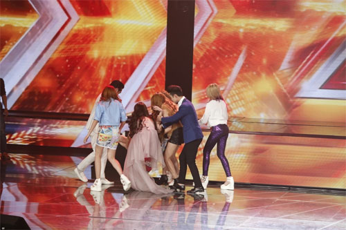 "tv show tuan qua: huong - khue ""that the"" duoi tay ha ho, vietnam idol gap su co - 4"
