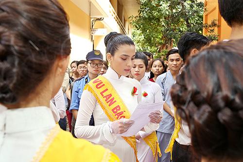 a hau truong thi may dien ao dai trang du le vu lan - 5
