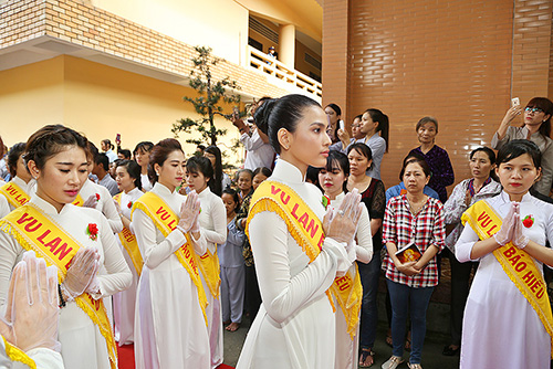 a hau truong thi may dien ao dai trang du le vu lan - 3