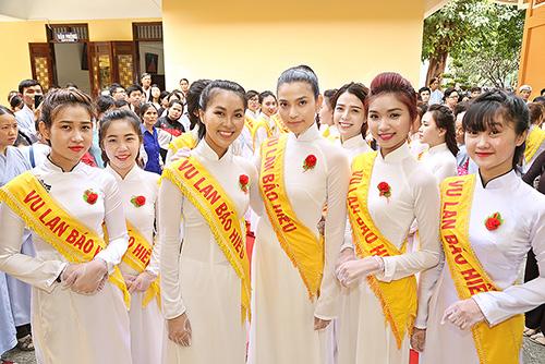 a hau truong thi may dien ao dai trang du le vu lan - 4