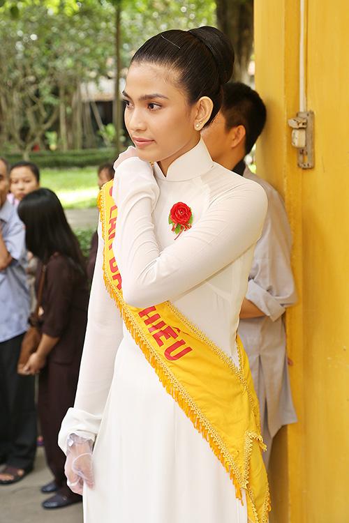 a hau truong thi may dien ao dai trang du le vu lan - 1
