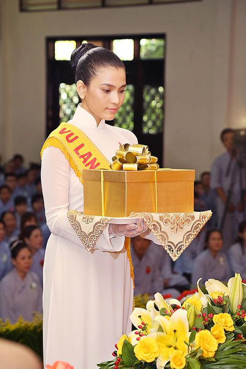 a hau truong thi may dien ao dai trang du le vu lan - 7