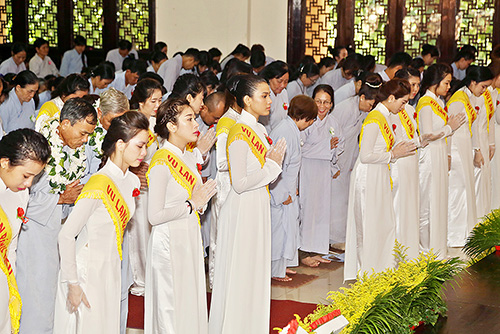 a hau truong thi may dien ao dai trang du le vu lan - 8