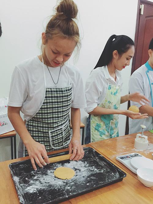 team lan khue lam banh trung thu tang tre em ngheo - 2