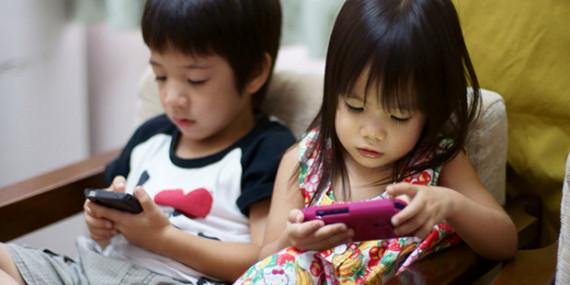 Cho con cầm điện thoại xem clip bà mẹ trẻ choáng váng khi phát hiện thứ bé đã xem - 1