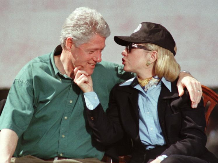 """Những khoảnh khắc """"không thể tình hơn"""" của Hillary và Bill Clinton-12"""