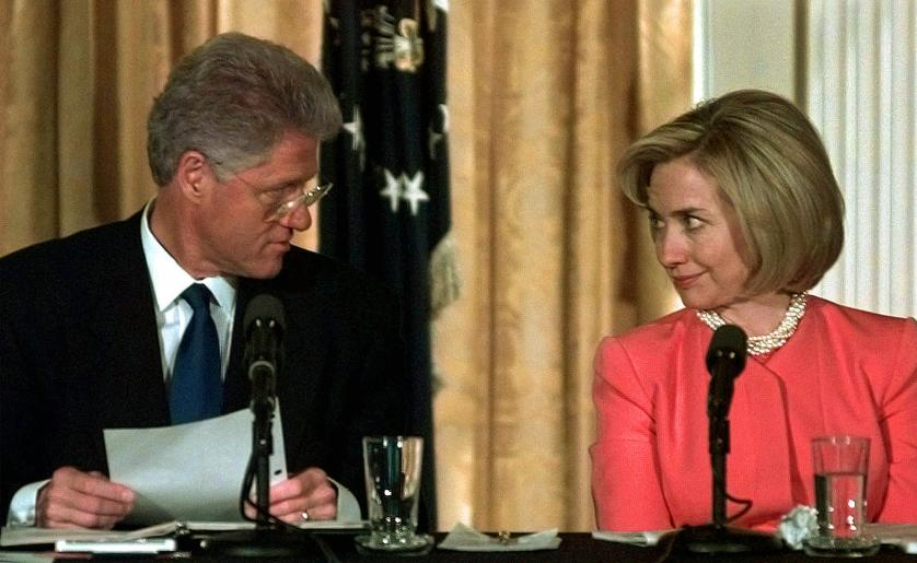 """Những khoảnh khắc """"không thể tình hơn"""" của Hillary và Bill Clinton-13"""