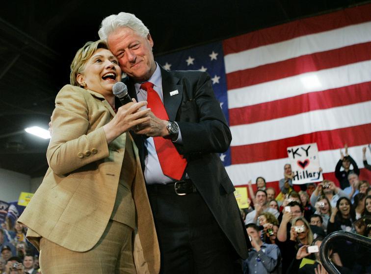 """Những khoảnh khắc """"không thể tình hơn"""" của Hillary và Bill Clinton-18"""