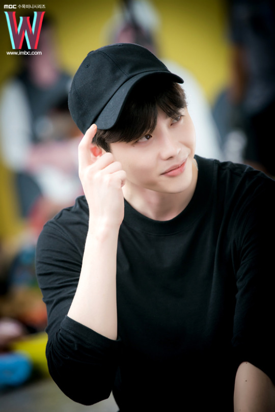 """Hai thế giới tập 12: Suýt nữa, Lee Jong Suk biến thành nam phụ """"số nhọ""""-2"""