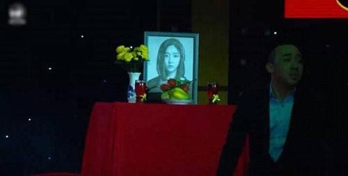 """Trấn Thành lại dính """"phốt"""" khi dùng hình ca sĩ Hàn Quốc làm... ảnh thờ-1"""