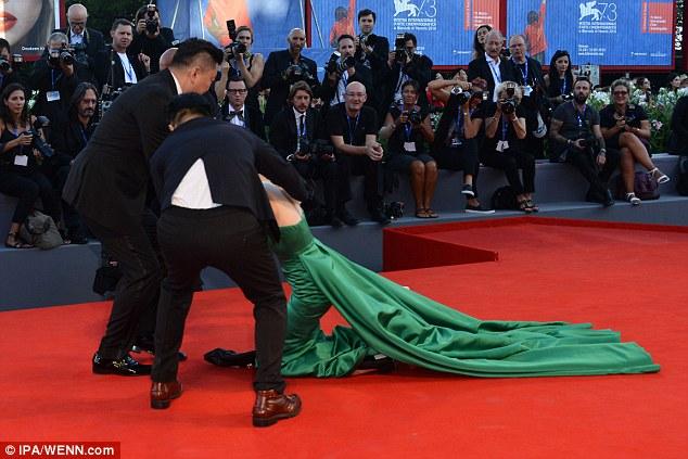 """Mỹ nhân Hàn lè lưỡi xấu hổ sau màn """"vồ ếch"""" trên thảm đỏ Venice-3"""