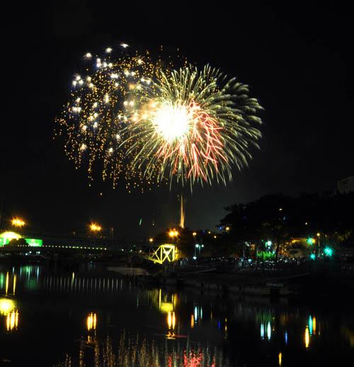 Pháo hoa lung linh trên bầu trời Sài Gòn mừng Tết Độc lập-1