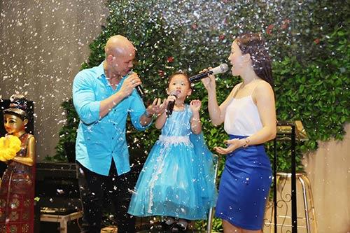 Vợ chồng Phan Đinh Tùng thắm thiết hát tặng sinh nhật con gái-2