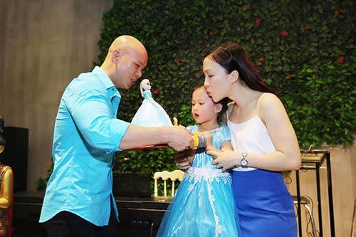 Vợ chồng Phan Đinh Tùng thắm thiết hát tặng sinh nhật con gái-5