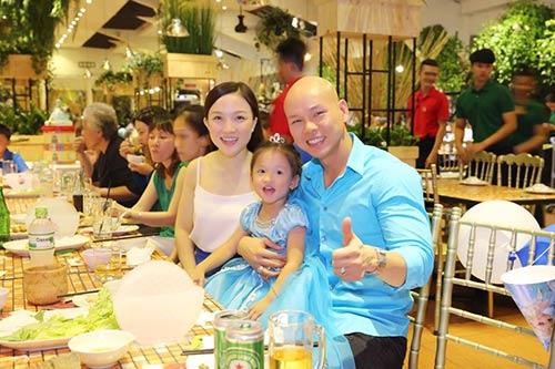 Vợ chồng Phan Đinh Tùng thắm thiết hát tặng sinh nhật con gái-8