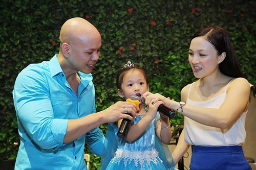 Vợ chồng Phan Đinh Tùng thắm thiết hát tặng sinh nhật con gái-4